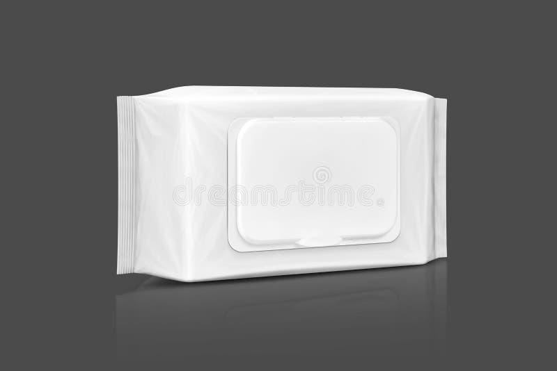 Bolsa mojada de papel de empaquetado en blanco de los trapos aislada en gris imagenes de archivo