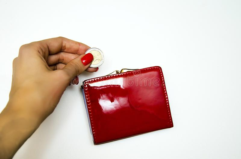 Bolsa vermelha com dinheiro em um fundo branco imagens de stock royalty free