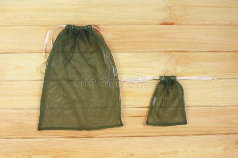 Bolsas de malla ecológica reutilizables sobre fondo de madera fotos de archivo libres de regalías