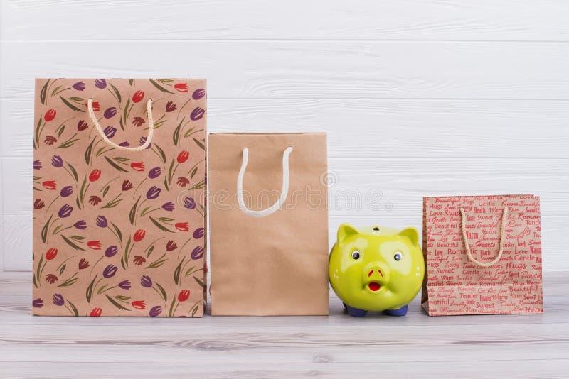 Bolsas de papel y hucha de Kraft foto de archivo