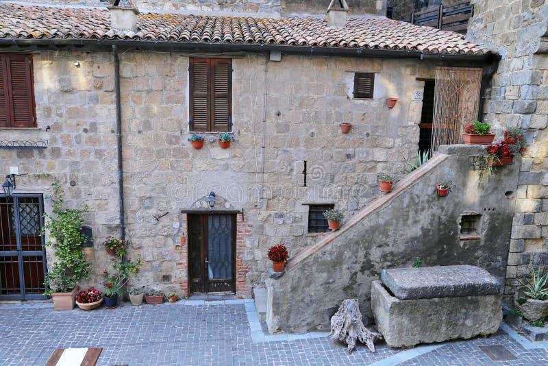Bolsena (Viterbo, Lazio, Italië): oude typische straat van medie stock foto's