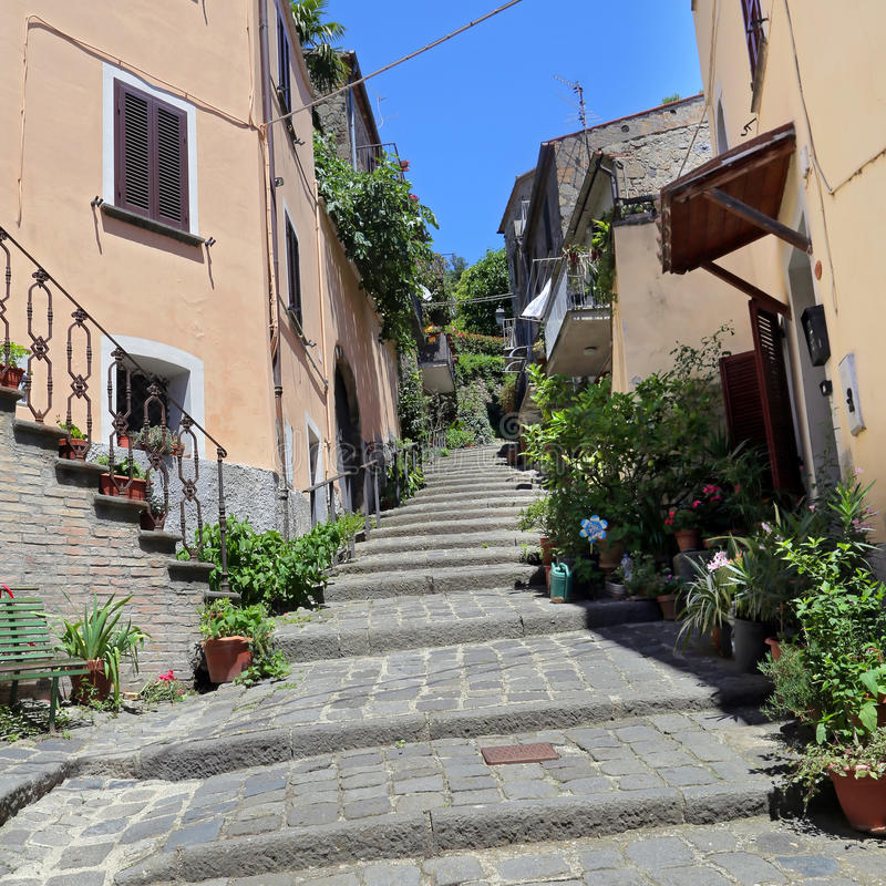 Bolsena (Viterbo, Lazio, Italië): oude typische straat van medie royalty-vrije stock afbeelding