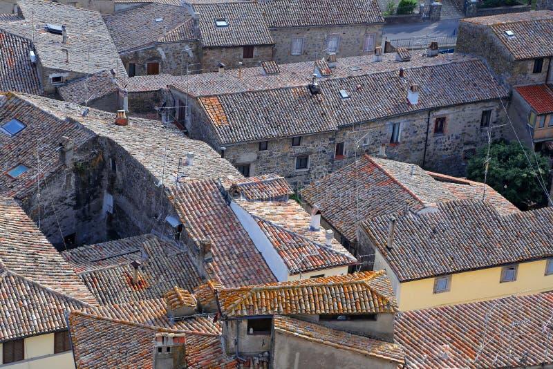 Bolsena (Viterbo, Lazio, Italië): typische betegelde daken van oud stock afbeelding