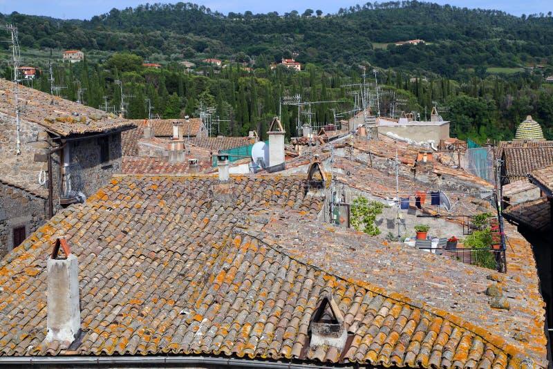 Bolsena (Viterbo, Lazio, Italië): typische betegelde daken van oud stock foto