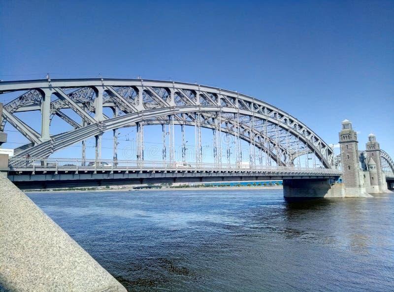 Bolsheoykhtinsky-Brücke - eine Zugbrücke über Neva River in St Petersburg Die Br?cke von Peter der Gro?e stockfotografie