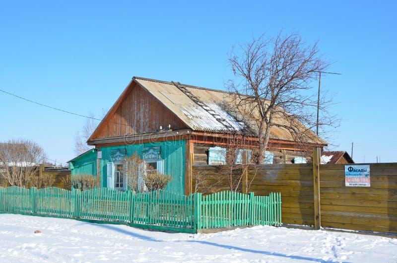 Bolshoe Goloustnoe Bolshoye Goloustnoye, Rússia, março, 08, 2017 Casa de madeira de um só andar na rua de Baikalskaya na vila fotos de stock