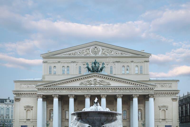 Bolshoitheater in de middag, in goed weer Historische sc?ne moskou Rusland 30 05 2019 royalty-vrije stock afbeeldingen