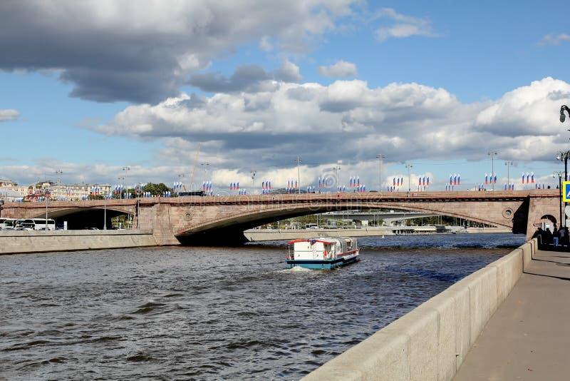 Bolshoy Moskvoretsky mais a grande ponte de Moskvoretsky através do rio de Moscou fotografia de stock