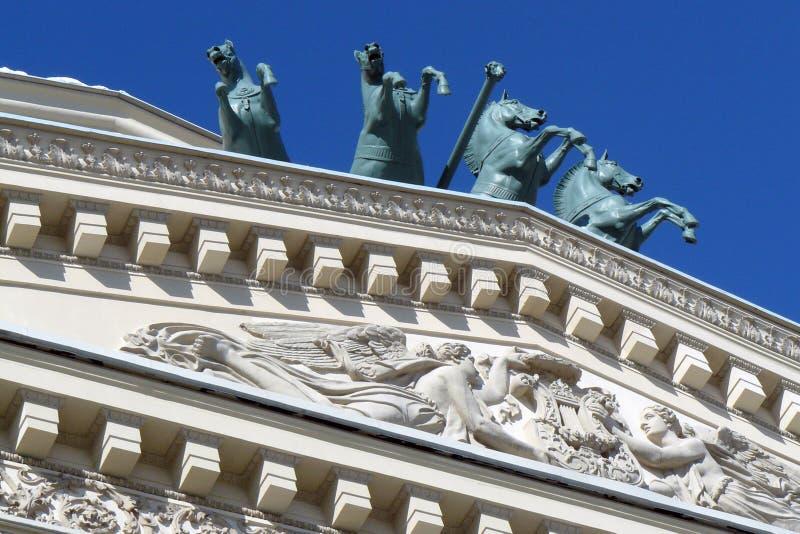 Bolshoy teaterbyggnad i Moscow Hästskulptur fotografering för bildbyråer