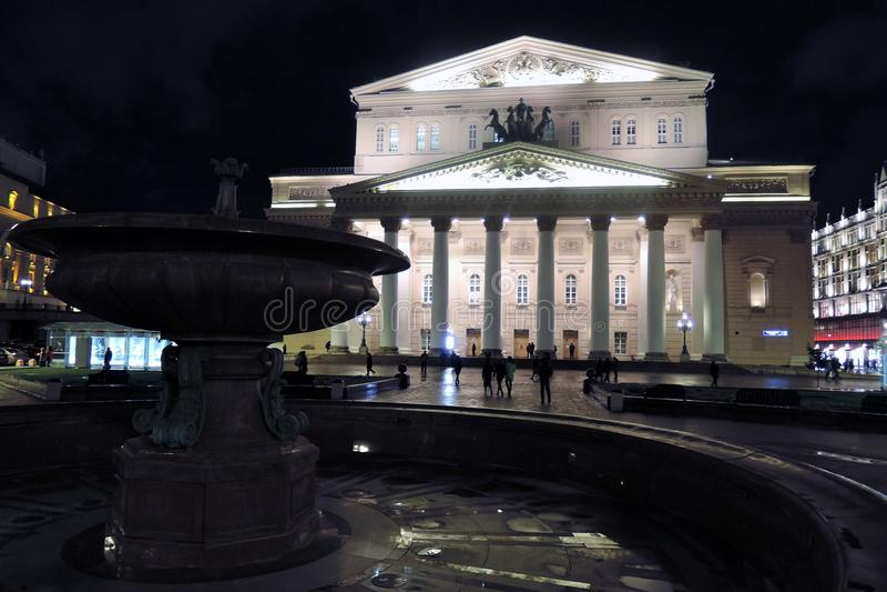 Bolshoy teaterhistorisk byggnad i Moskva förtöjd sikt för nattportship arkivfoto