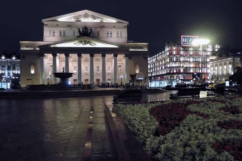 Bolshoy teaterhistorisk byggnad i Moskva förtöjd sikt för nattportship arkivbild