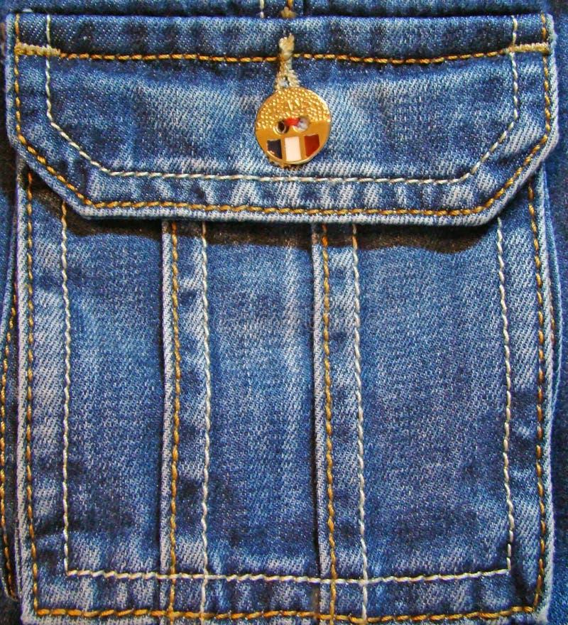Bolsillo de los vaqueros con el botón amarillo imágenes de archivo libres de regalías