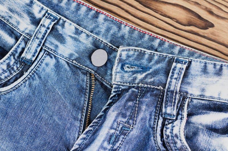 Bolsillos vacíos delanteros y cremallera desabrochada en los tejanos imagen de archivo libre de regalías