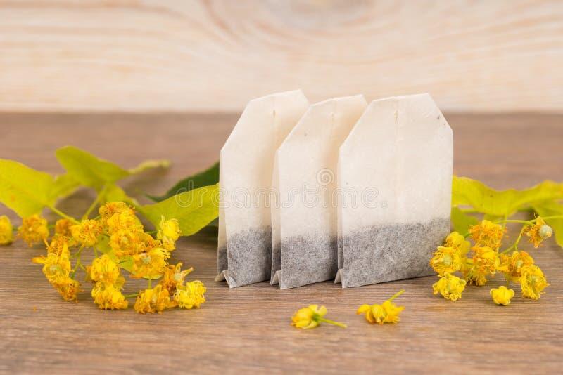 Bolsitas de té herbarias con las flores del tilo imágenes de archivo libres de regalías
