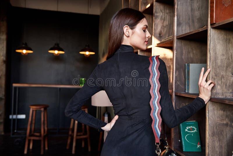 Bolso accesorio modelo hermoso del vestido flaco de la moda del desgaste de mujer imágenes de archivo libres de regalías