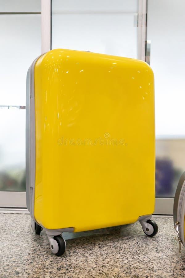 Bolso amarillo del viaje con las ruedas Maleta amarilla moderna fotografía de archivo libre de regalías
