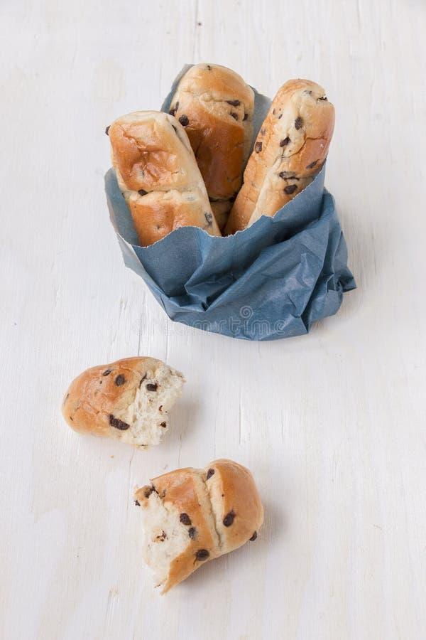Bolso azul de papel con los mini panes del bollo de leche imagen de archivo