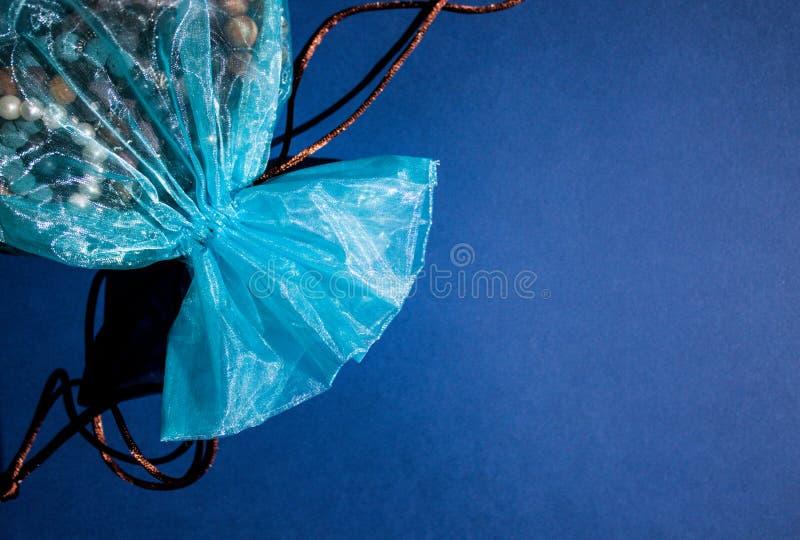 Bolso azul del regalo de la organza fotos de archivo libres de regalías
