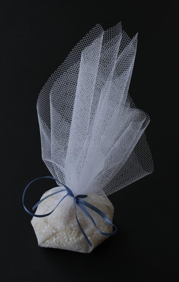 Bolso blanco hermoso de Tulle de la ducha del arroz para la ceremonia de la ceremonia de boda, del banquete y de boda - en negro imágenes de archivo libres de regalías