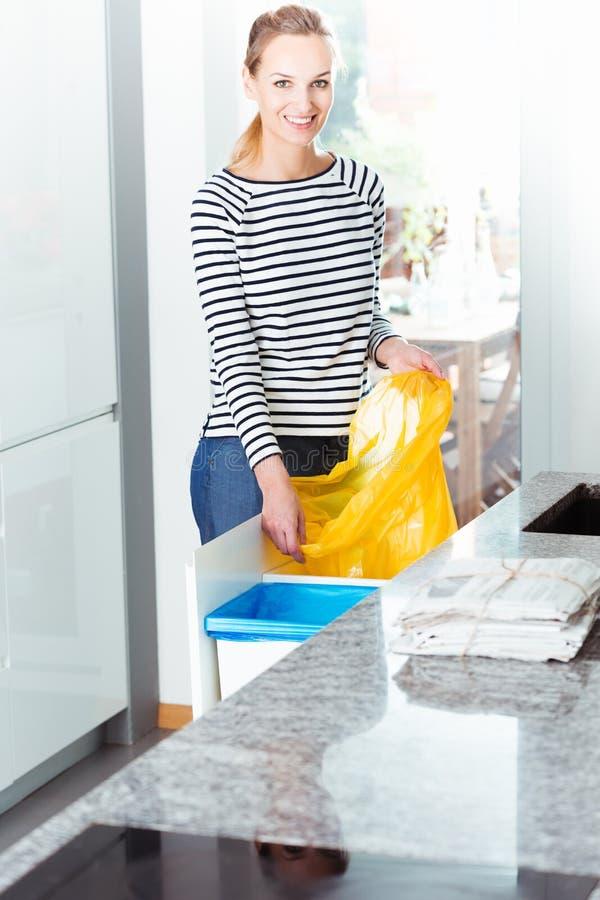 Bolso cambiante de la mujer para reciclar foto de archivo