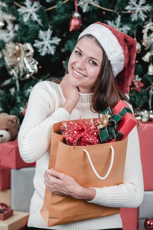 Bolso caucásico joven y hermoso de la tenencia de la mujer del lo de las cajas de regalo fotos de archivo libres de regalías