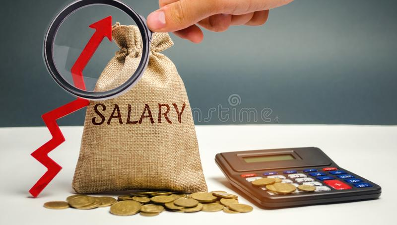 Bolso con el dinero y el sueldo de la palabra y para arriba flecha con la calculadora Aumento del sueldo, tarifas salariales Prom fotos de archivo libres de regalías