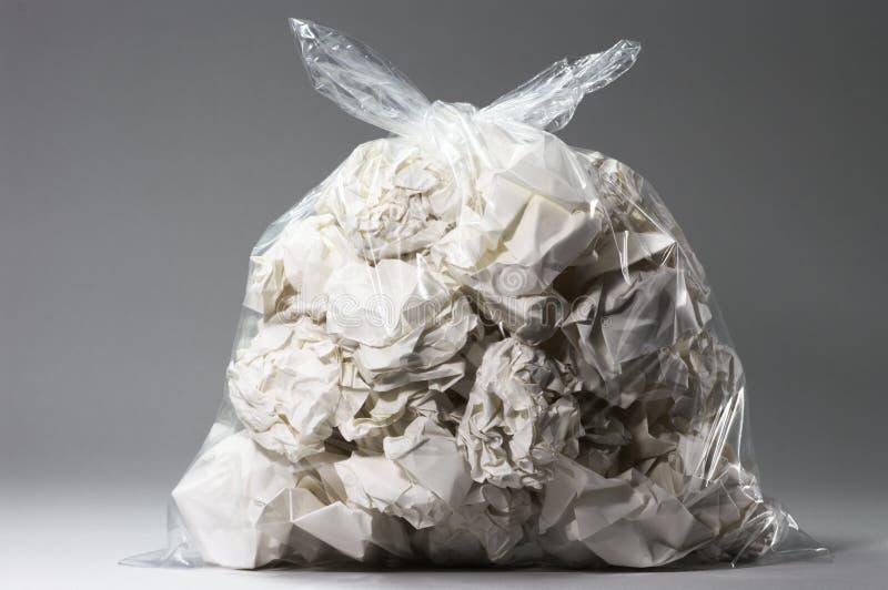 Bolso de basura por completo de papeles arrugados imágenes de archivo libres de regalías