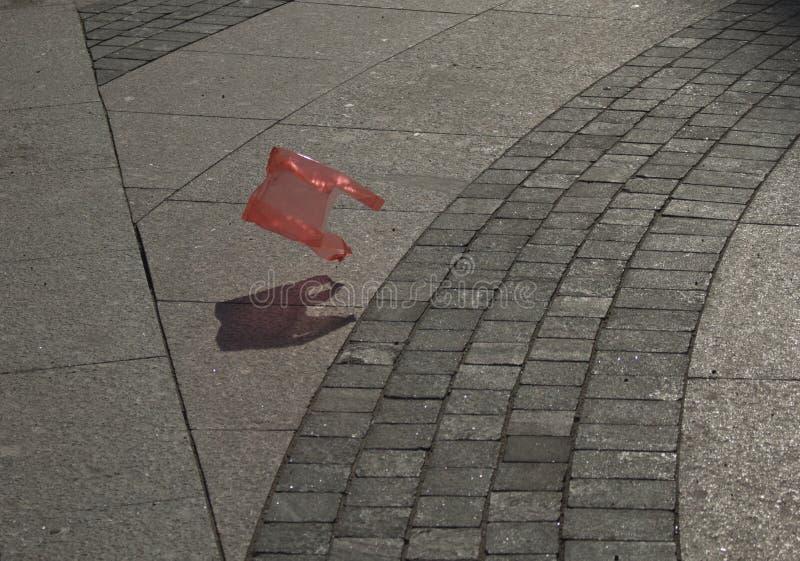 Bolso de basura rojo plástico fotografía de archivo libre de regalías