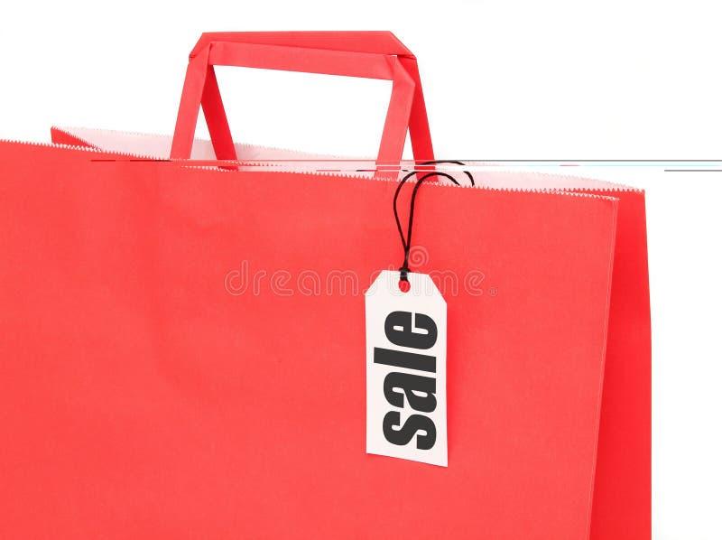 Bolso de compras de papel rojo con la etiqueta fotos de archivo libres de regalías