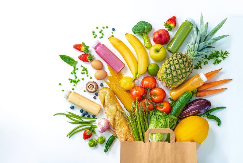 Bolso de compras por completo de verduras frescas y de frutas aisladas en blanco imagenes de archivo