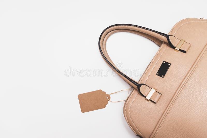 Bolso de cuero beige formal de moda elegante para la mujer de negocios en el fondo blanco, estilo de lujo minimalistic de moda co foto de archivo libre de regalías