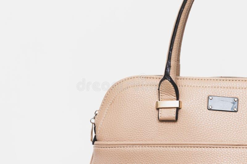Bolso de cuero beige formal de moda elegante para la mujer de negocios en el fondo blanco, estilo de lujo minimalistic de moda co imagen de archivo libre de regalías