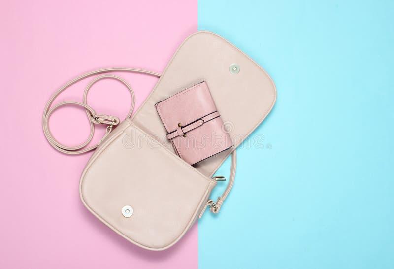 Bolso de cuero elegante abierto con un monedero foto de archivo libre de regalías