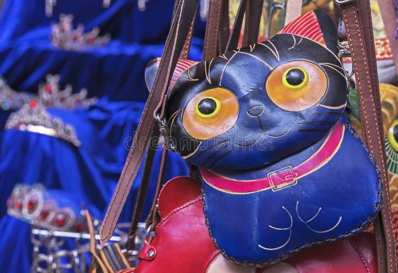 Bolso de cuero de las mujeres bajo la forma de gato Monedero bajo la forma de gatito imágenes de archivo libres de regalías