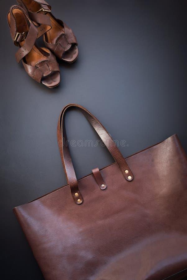 Bolso de cuero y zapatos femeninos marrones de lujo elegantes foto de archivo