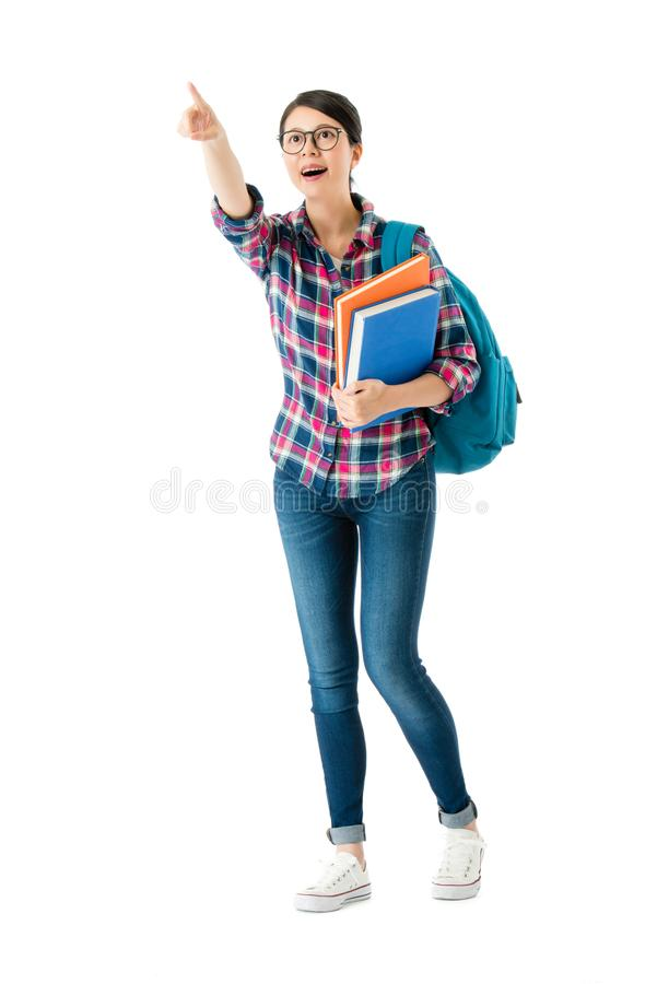 Bolso de escuela del estudiante universitario que lleva elegante feliz imagen de archivo libre de regalías