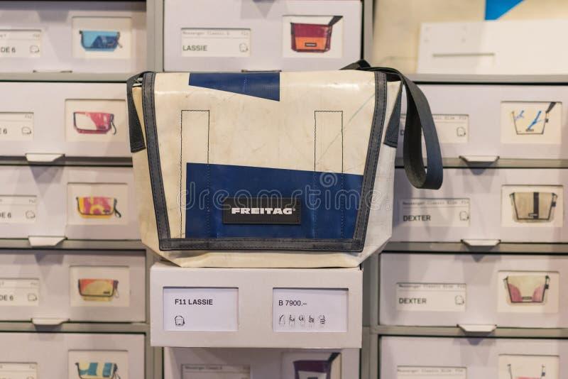 Bolso de Freitag, azul y blanco imágenes de archivo libres de regalías