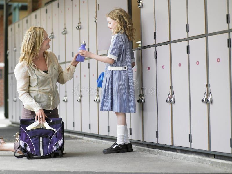 Bolso de la escuela de la hija del embalaje de la madre imagen de archivo libre de regalías