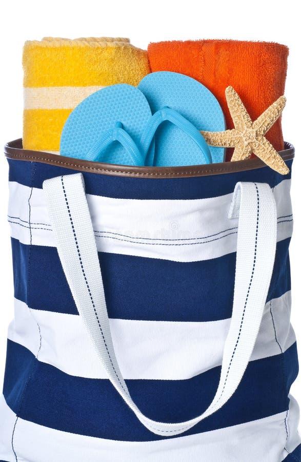 Bolso de la playa con las toallas y fracaso de tirón imágenes de archivo libres de regalías