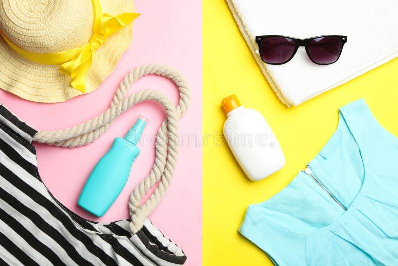 Bolso de la playa, jersey azul y diversos accesorios del verano imagenes de archivo