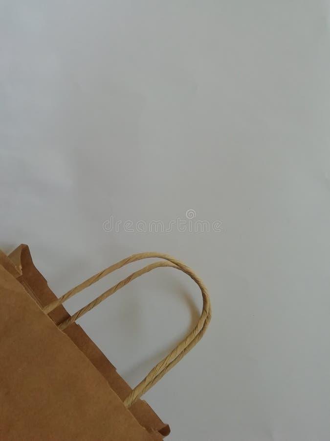 Bolso de papel del eco de las compras con la maneta aislada sobre el fondo blanco Spase de la copia para el diseño fotografía de archivo libre de regalías