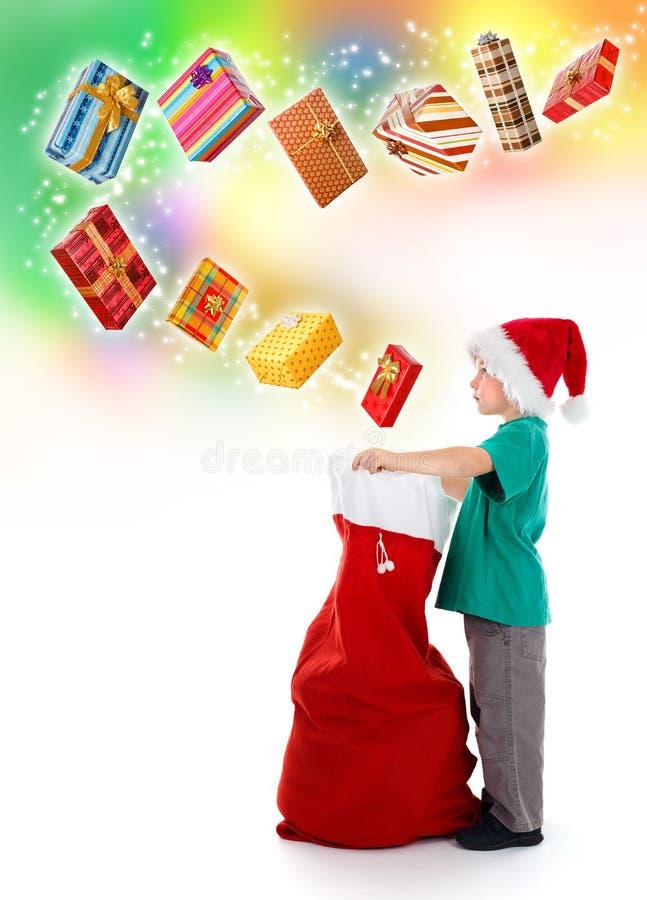 Bolso de Santa de la apertura del niño pequeño con los presentes fotos de archivo libres de regalías
