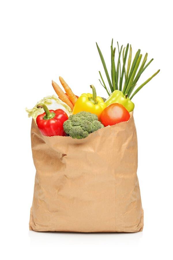 Bolso de tienda de comestibles por completo con las verduras frescas imágenes de archivo libres de regalías