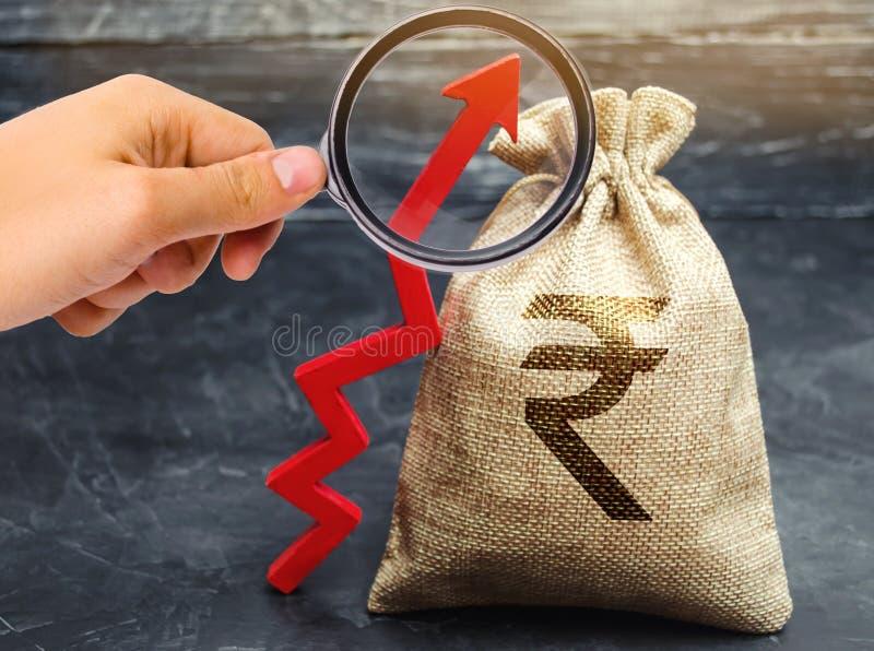 Bolso del dinero con el rupia y la flecha de la rupia india para arriba El concepto de aumento de beneficios y de renta Negocio r imagen de archivo libre de regalías
