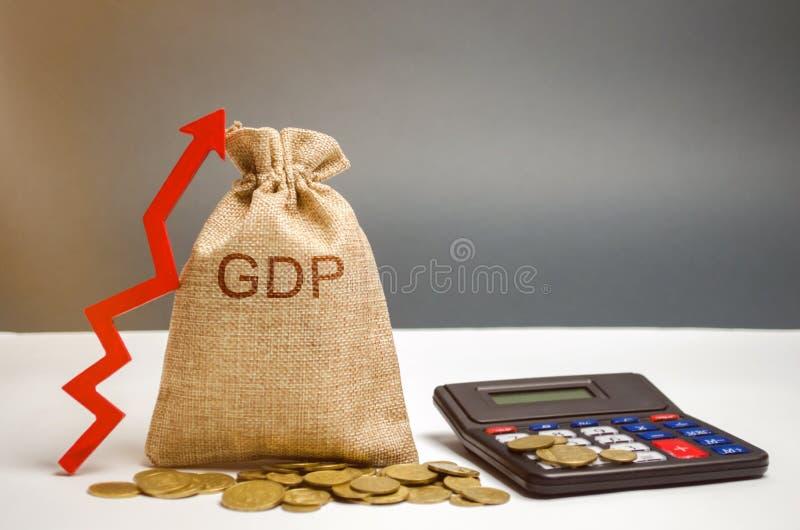 Bolso del dinero con la palabra GDP y la flecha ascendente Progreso tecnológico, aumentando el nivel de trabajadores, mejorando l imagenes de archivo