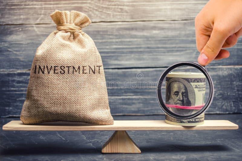 Bolso del dinero con las inversiones y los d?lares de la palabra en escalas Atracci?n de los recursos financieros para los proyec imágenes de archivo libres de regalías