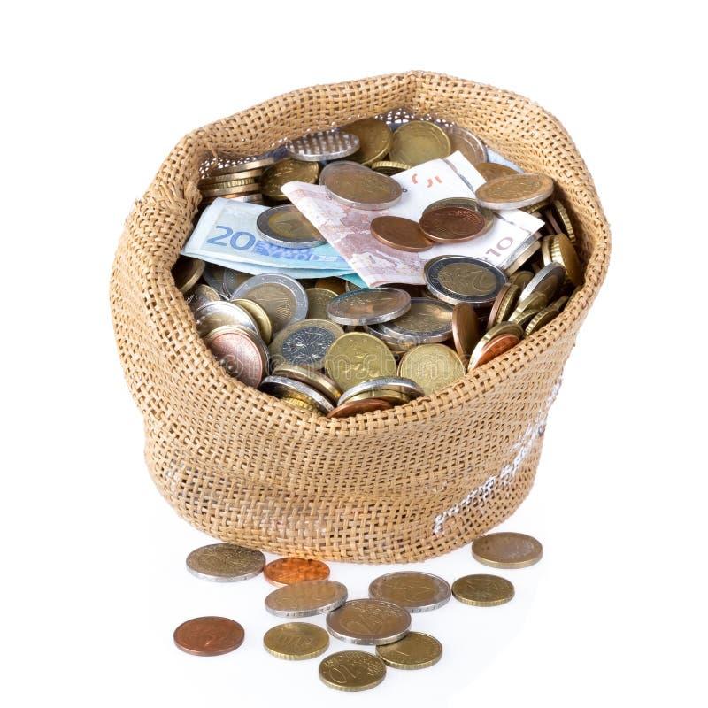 Bolso del dinero con las monedas y los billetes de banco aislados sobre blanco fotografía de archivo