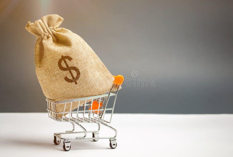 Bolso del dinero en carretilla del supermercado y muestra de dólar Gestión de dinero Mercado de valores Venta, descuentos y preci foto de archivo