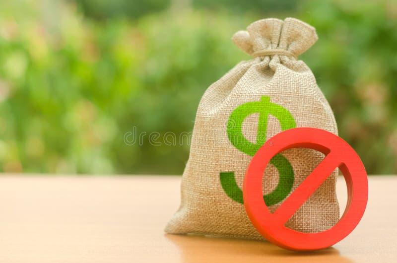 Bolso del dinero y muestra roja NO Activos del helada y transacciones sospechosas El lavar planchar de dinero Restricciones en la imagen de archivo