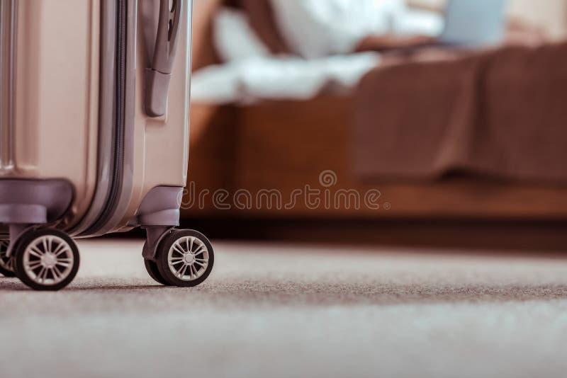 Bolso del equipaje que es preparado para irse de una habitación fotos de archivo